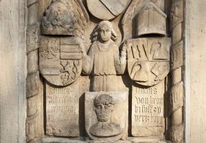 Steinrelief an der Südfassade der Ritterkapelle mit einem Engel