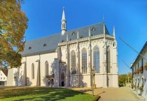 Südansicht der Ritterkapelle mit Chor und Wappenfries