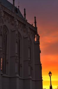 Choransicht der Ritterkapelle im intensiven Morgenlicht