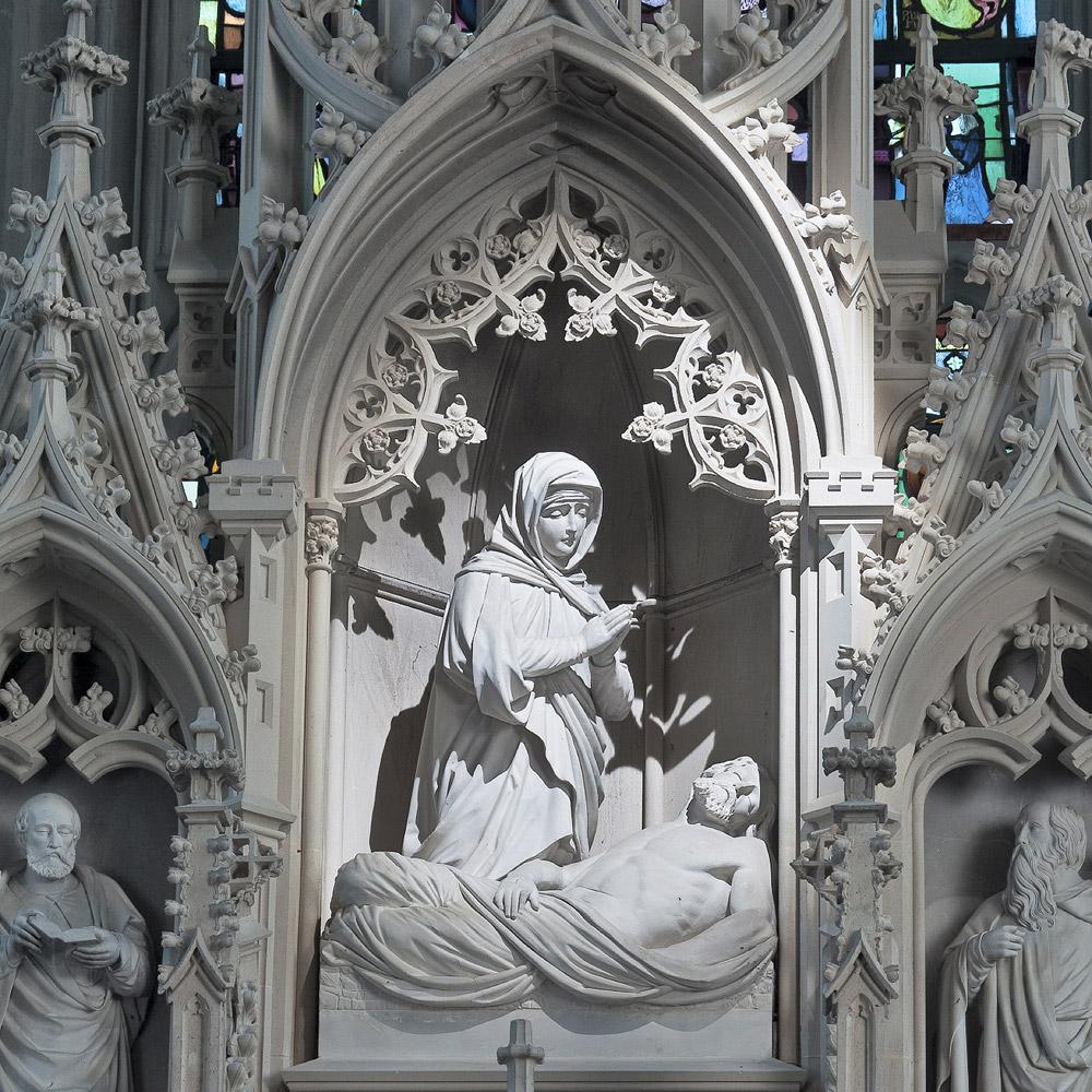 Ausschnitt des Hochaltars: Maria kniet vor dem Leichnam Jesu